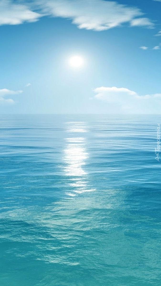 Błękitne niebo nad morzem