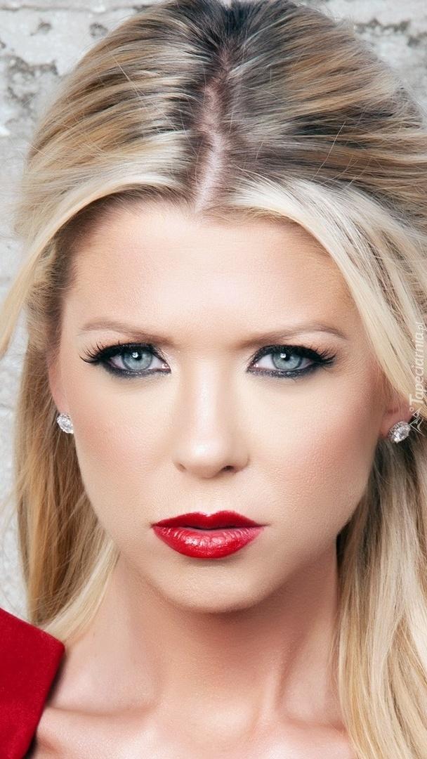 Blondynka o czerwonych ustach i niebieskich oczach