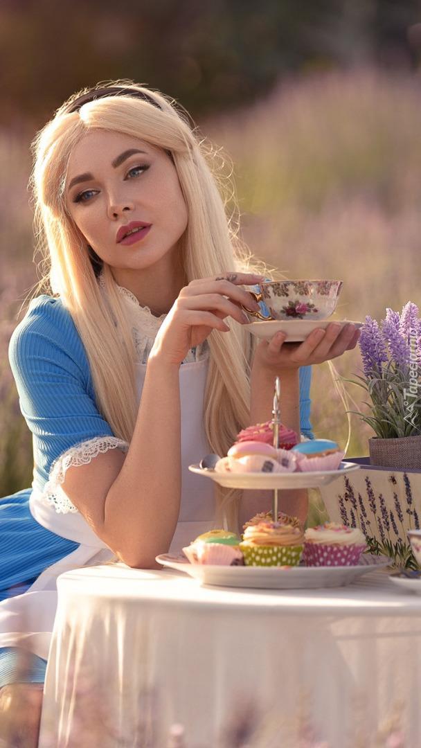 Blondynka przy stoliku