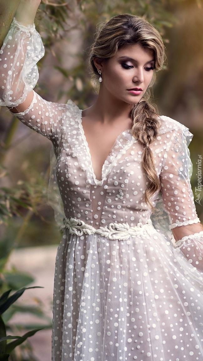 Blondynka w białej sukni