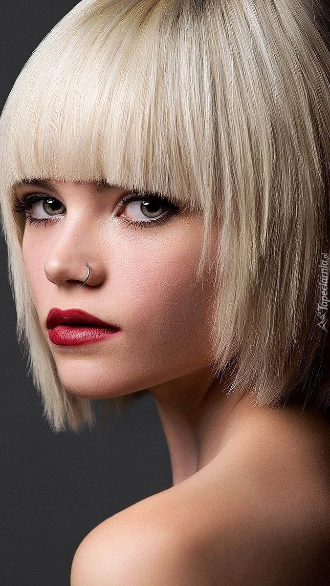Blondynka w makijażu