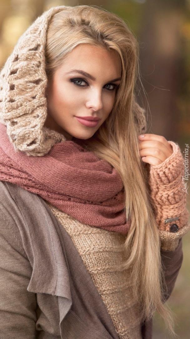 Blondynka w swetrze i szaliku