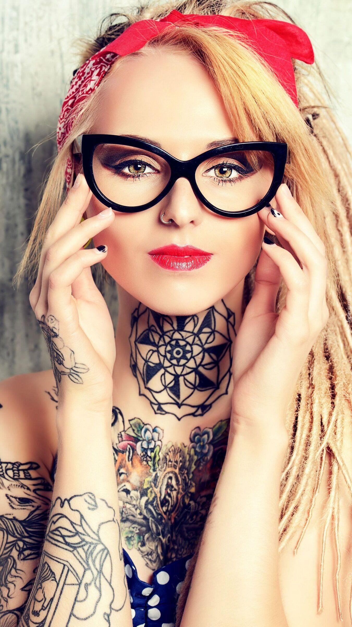Blondynka w tatuażach