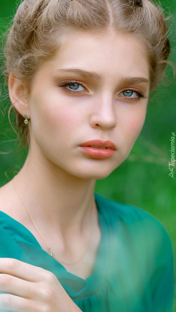 Blondynka w zielonej bluzce