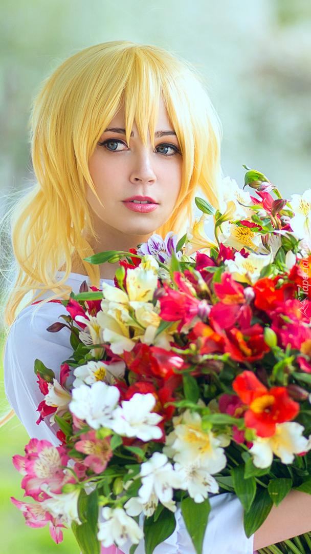 Blondynka z bukietem kwiatów