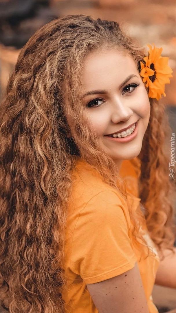 Blondynka z kwiatem we włosach