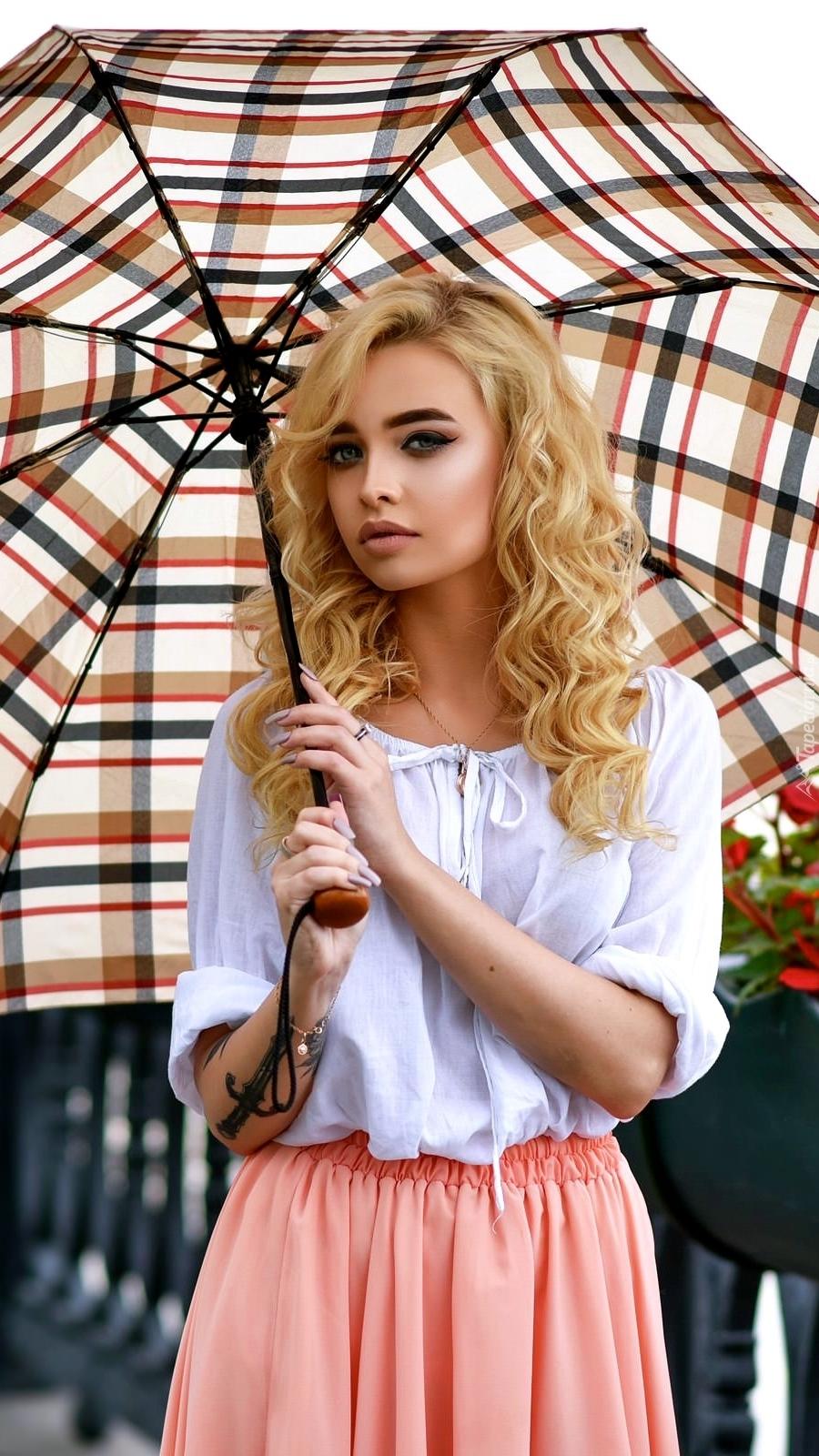 Blondynka z parasolką