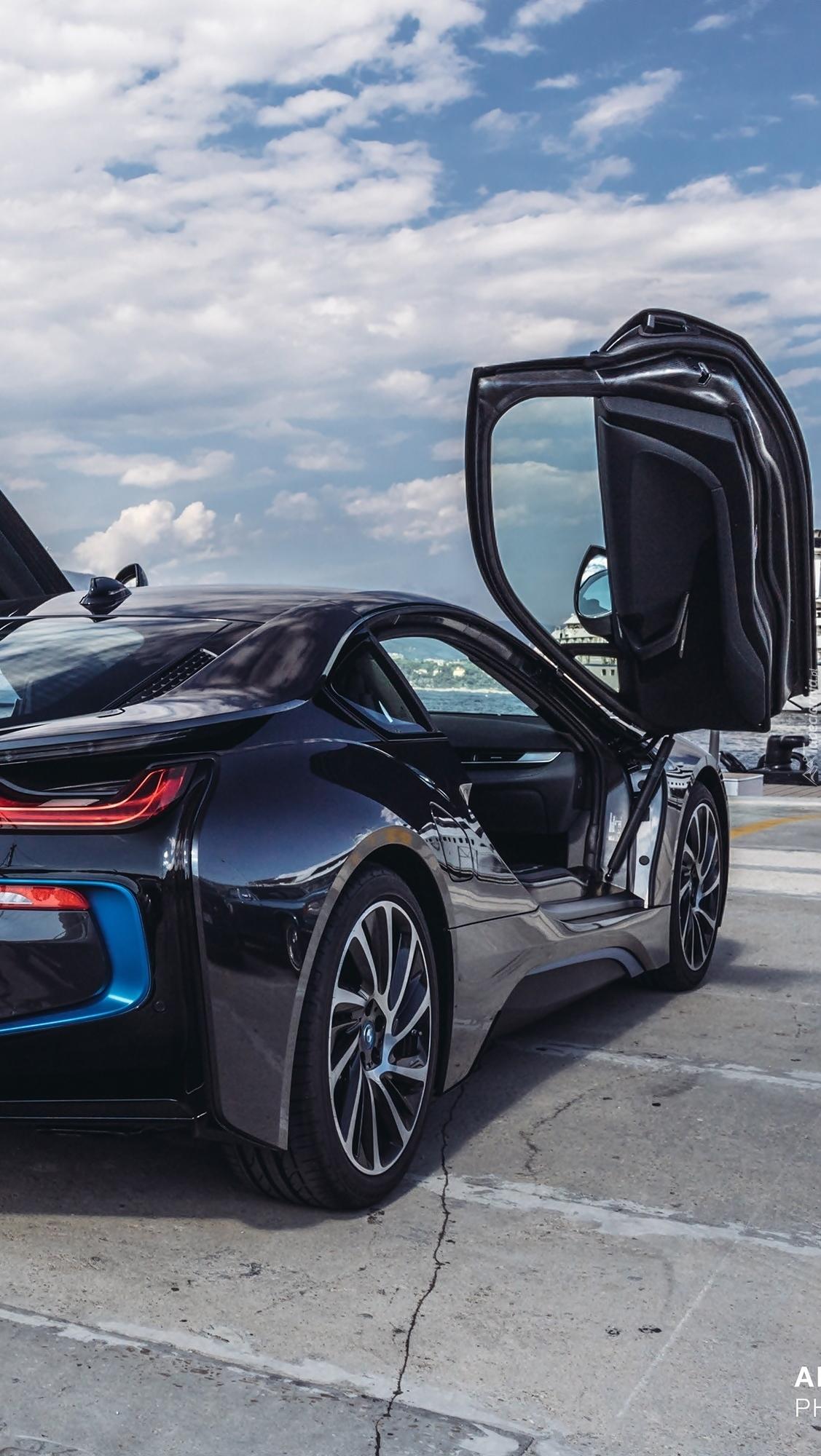 BMW i8 z otwartymi drzwiami