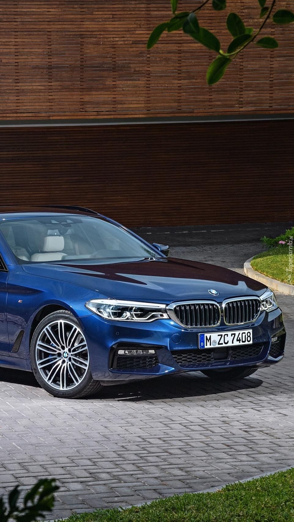 BMW niebieskie na chodniku