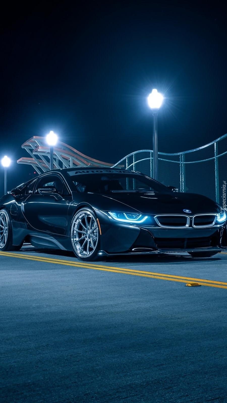 BMW nocą na drodze