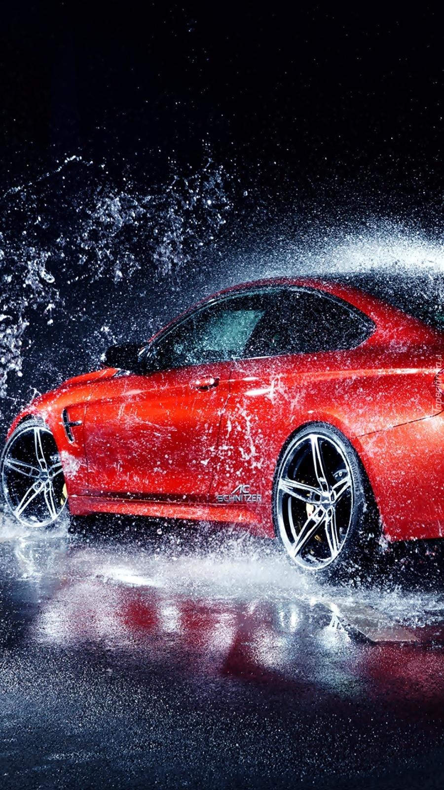 BMW rozbryzguje wodę