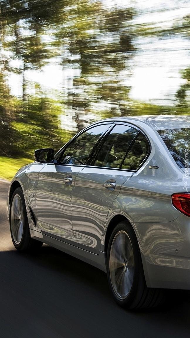Bok srebrnego BMW 530e