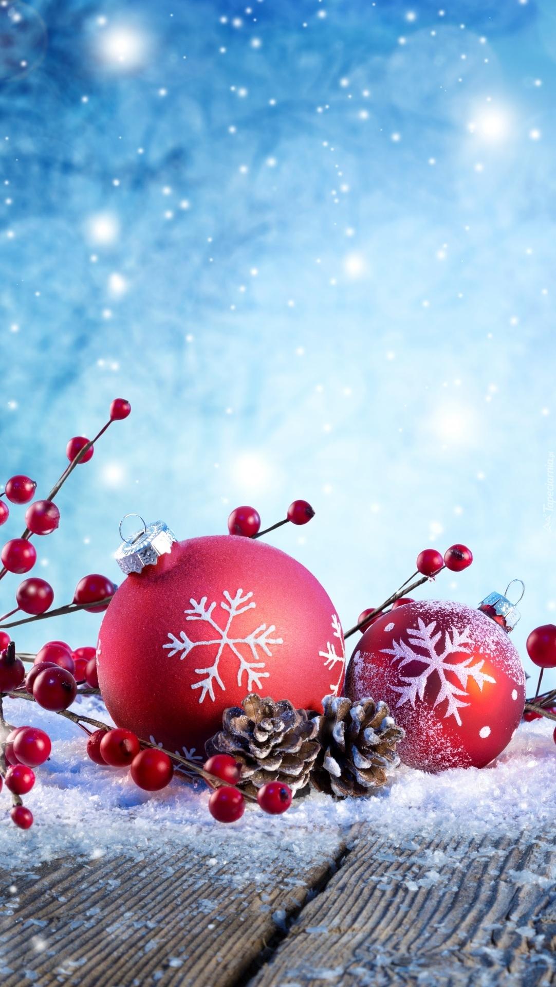 Bombki w śnieżnej dekoracji