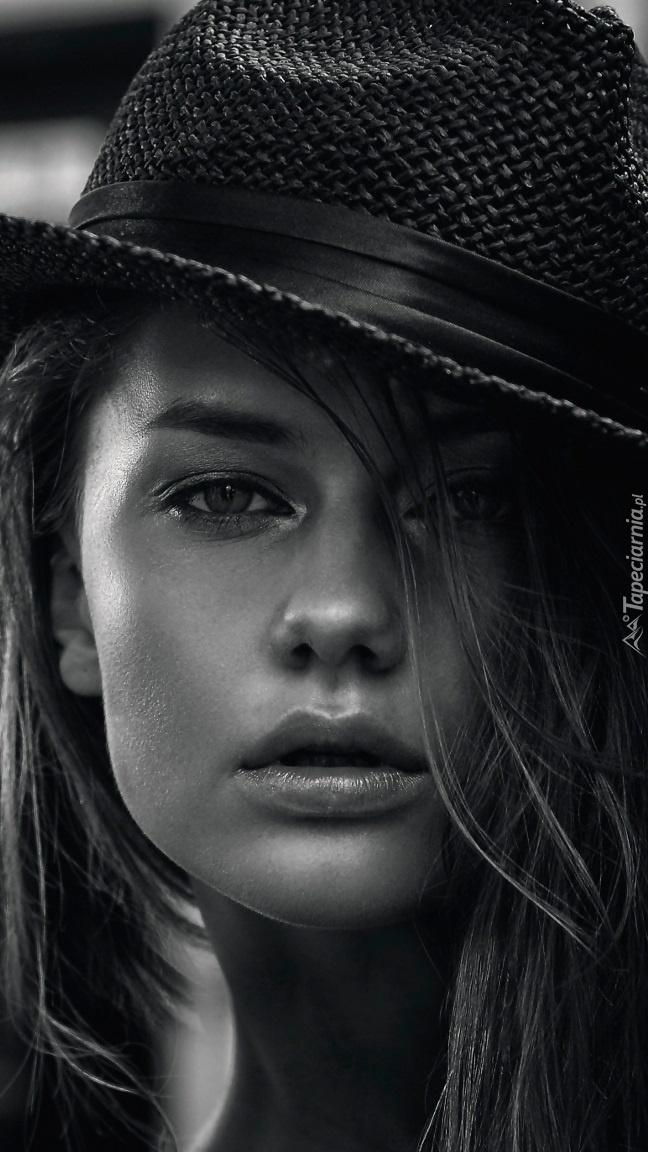 Brigita Maldutytė w kapeluszu