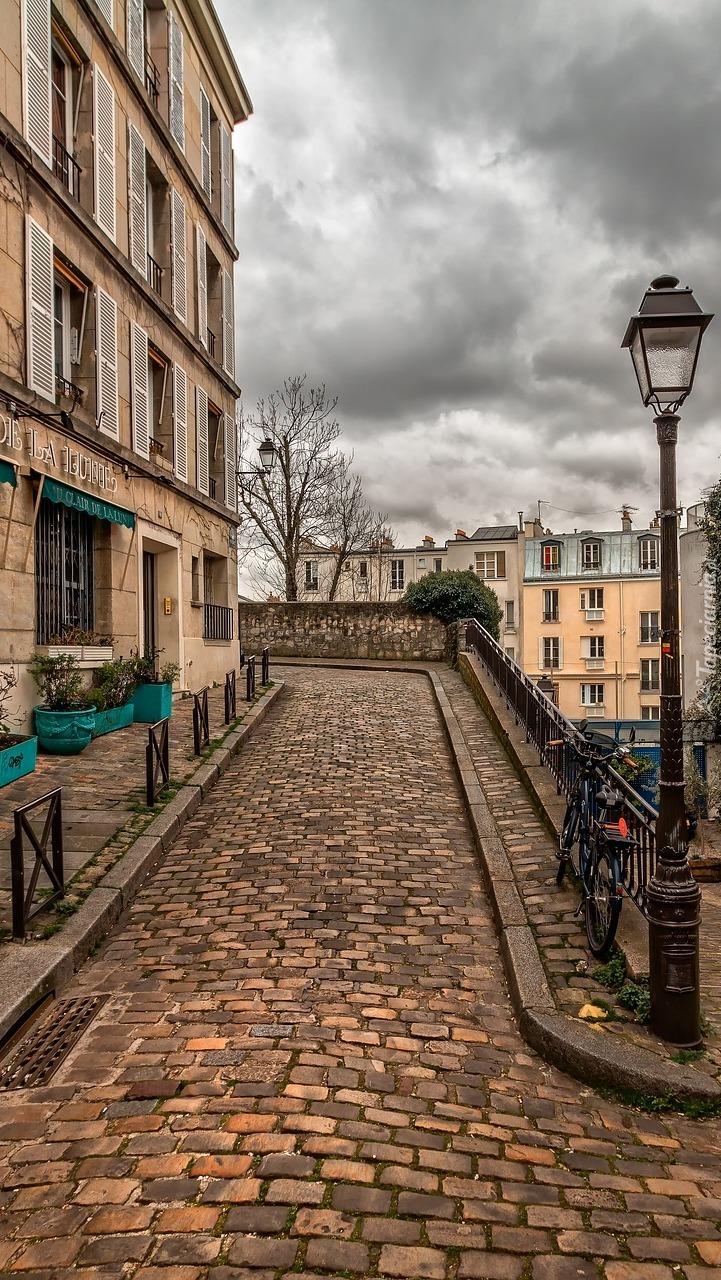 Brukowa uliczka w dzielnicy Montmartre w Paryżu