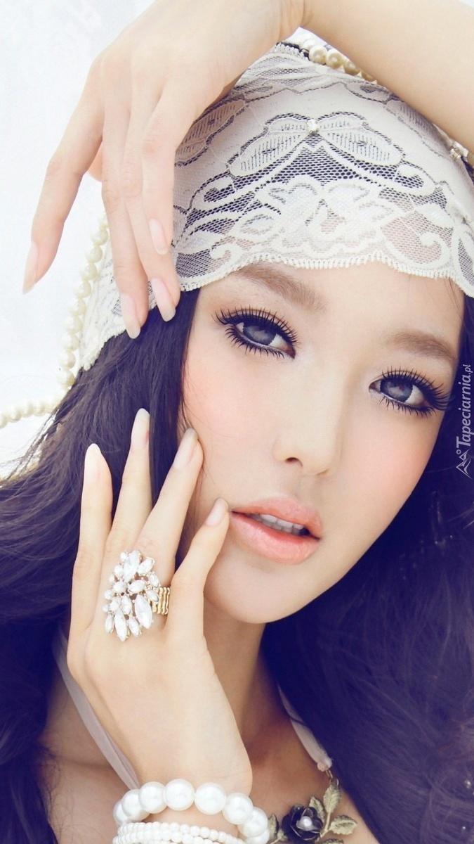 Brunetka w makijażu i biżuterii