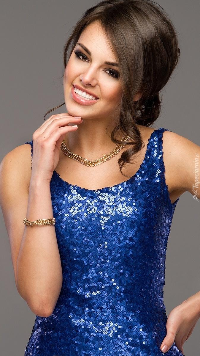 Brunetka w niebieskiej sukience