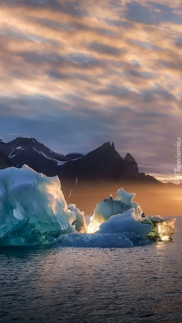 Bryły lodu na rzece