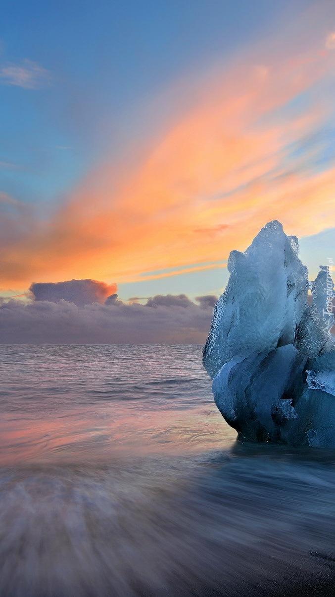 Bryły lodu nad jeziorem