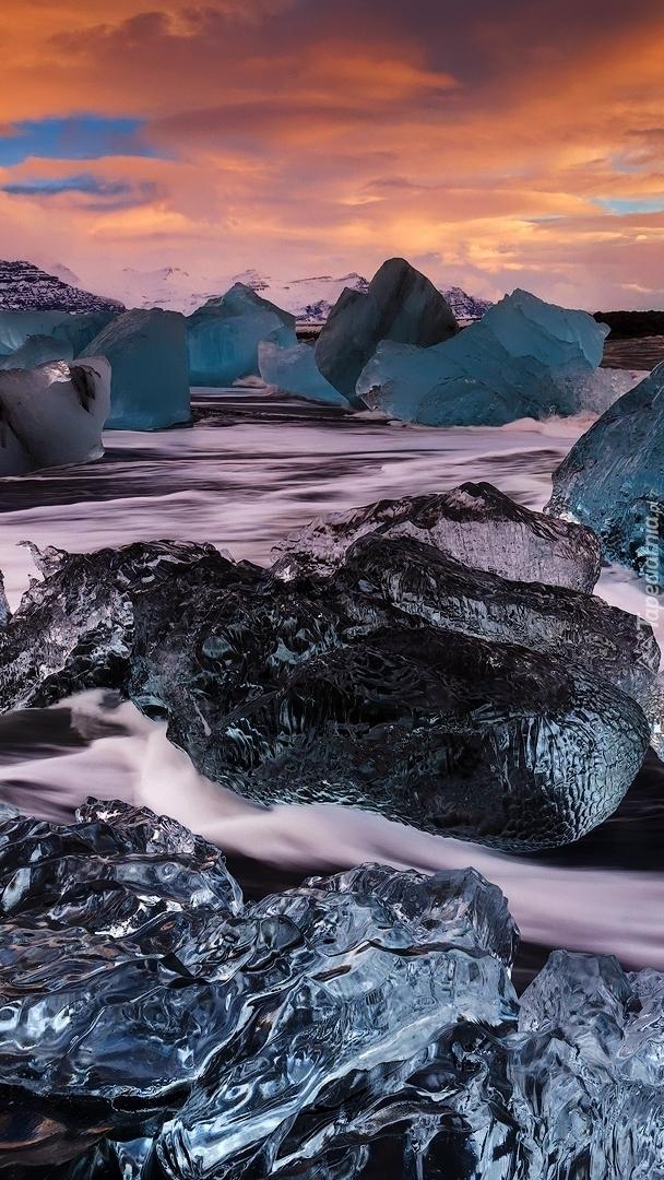 Bryły lodu w jeziorze Jokulsarlon