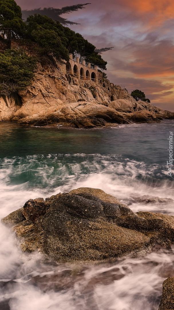 Budowla na skałach na wybrzeżu Costa Brava