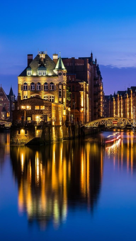 Budynek nad rzeką nocą