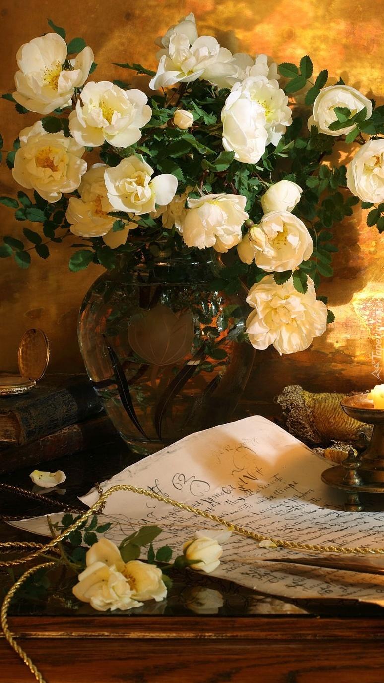 Bukiet białych róż w wazonie