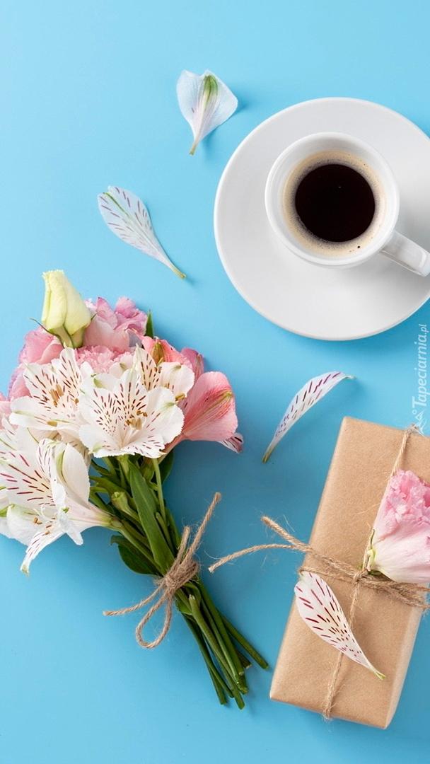 Bukiet kwiatów obok filiżanki kawy
