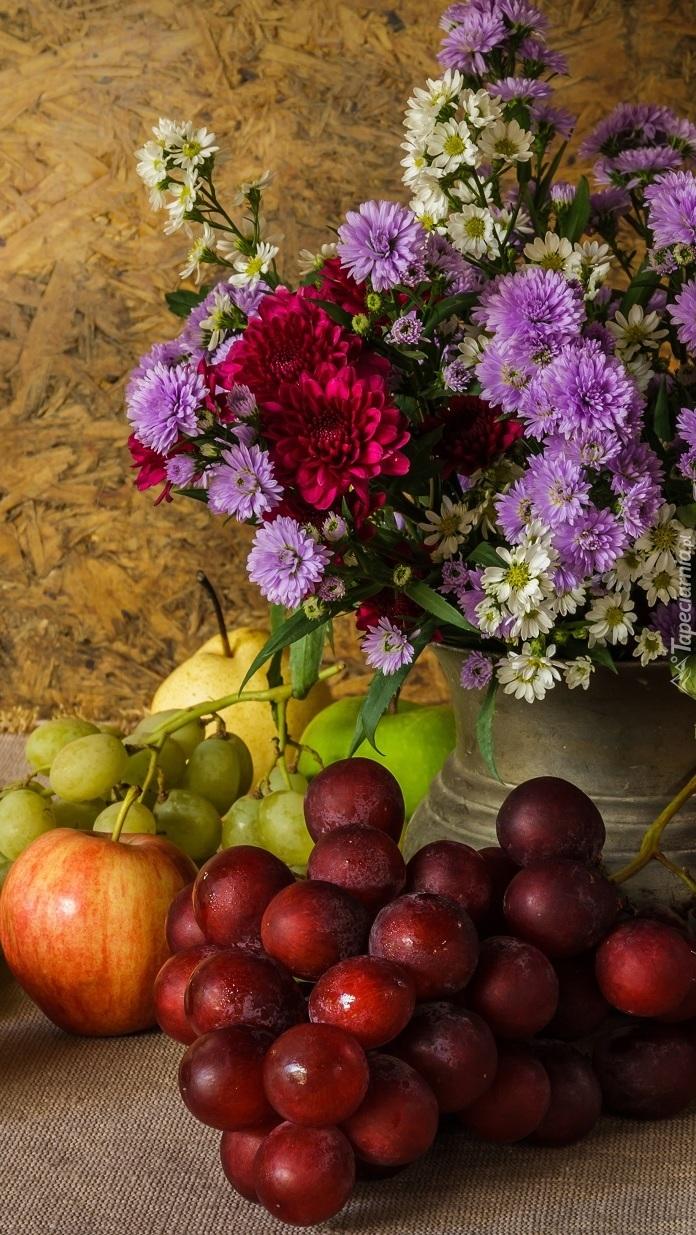 Bukiet kwiatów obok owoców