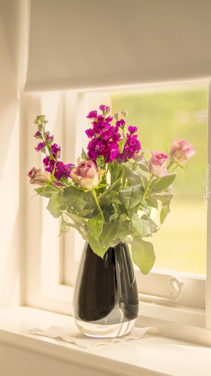 Bukiet kwiatów w oknie