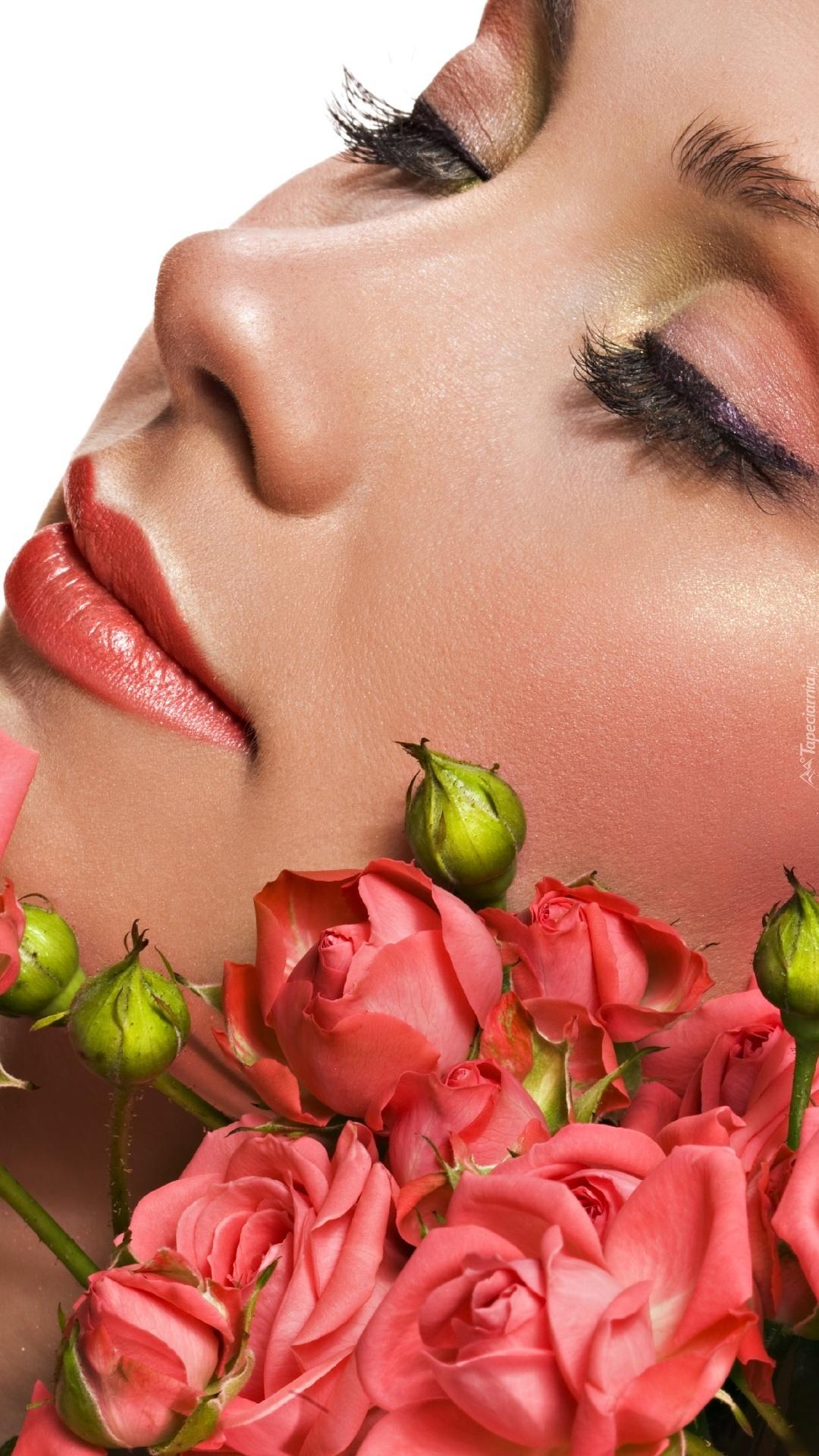 Bukiet róż i kobieta w makijażu