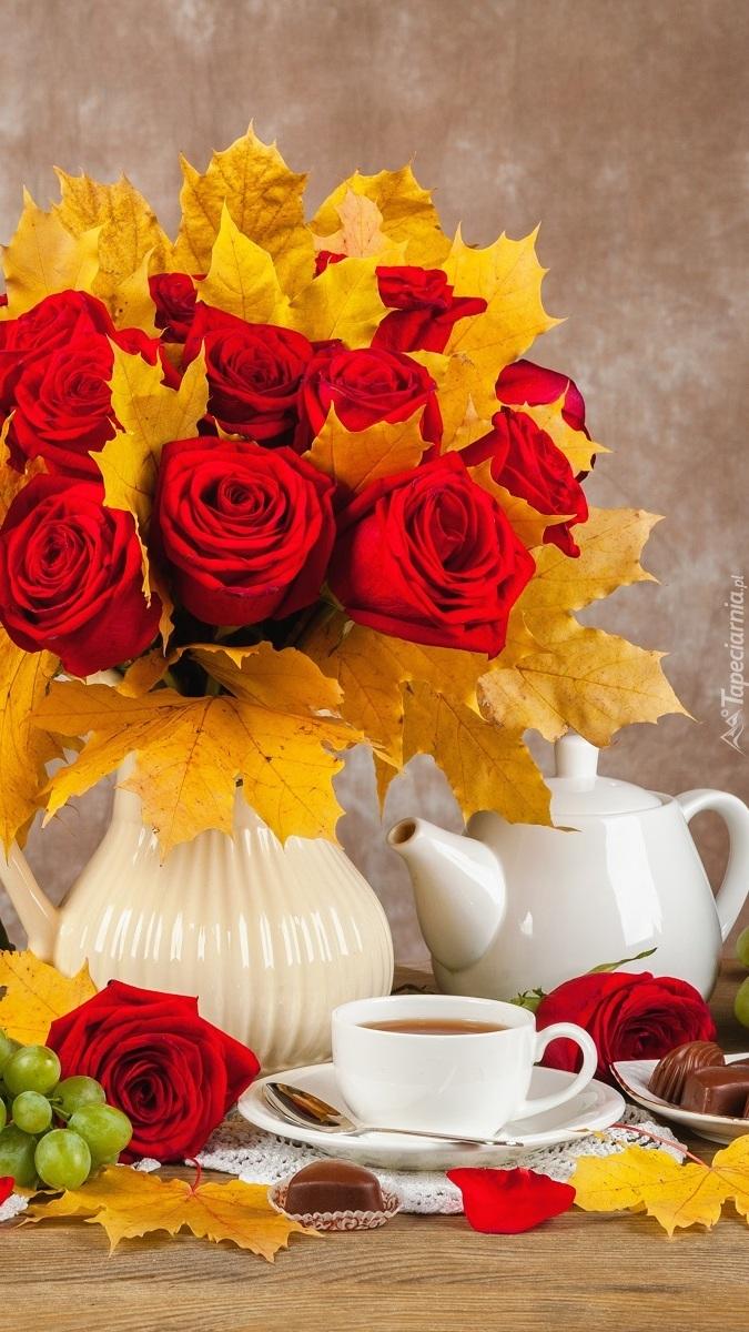 Bukiet z róż i liści klonu w wazonie