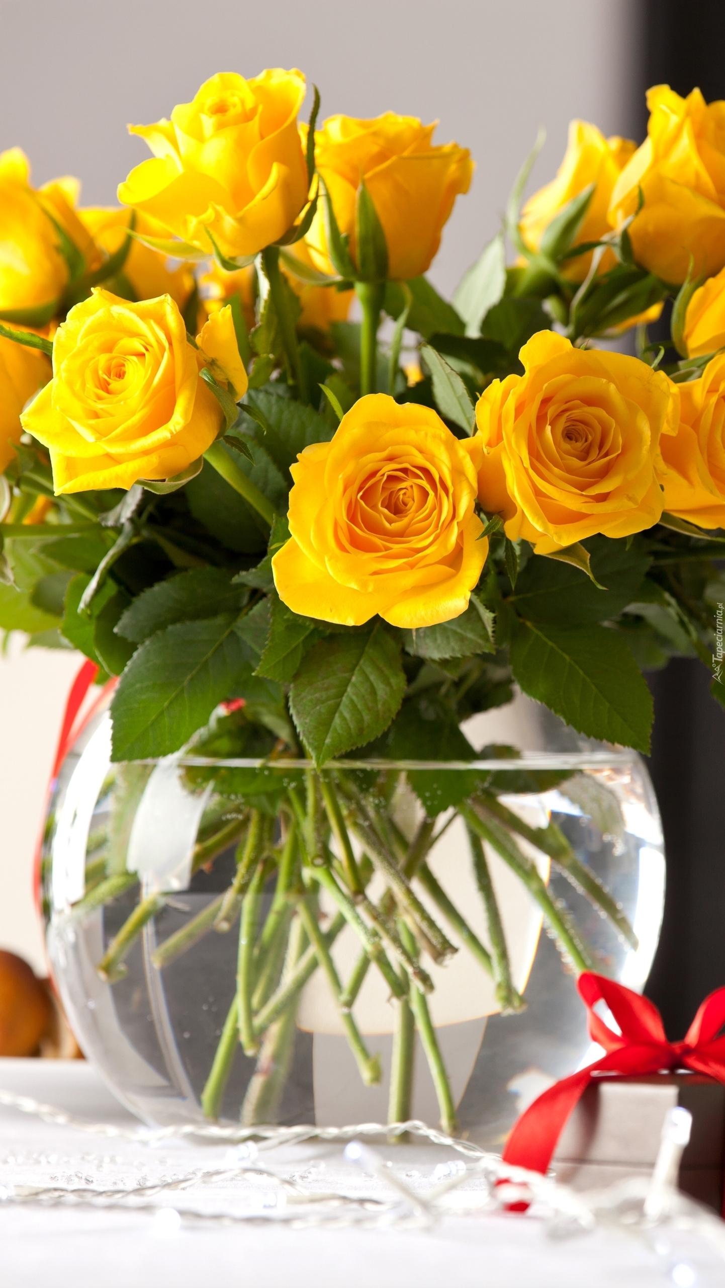Bukiet żółtych róż w wazonie