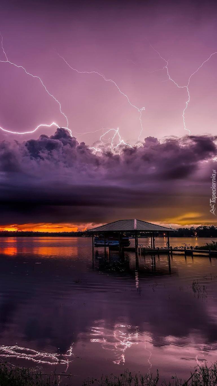 Burza z piorunami nad jeziorem