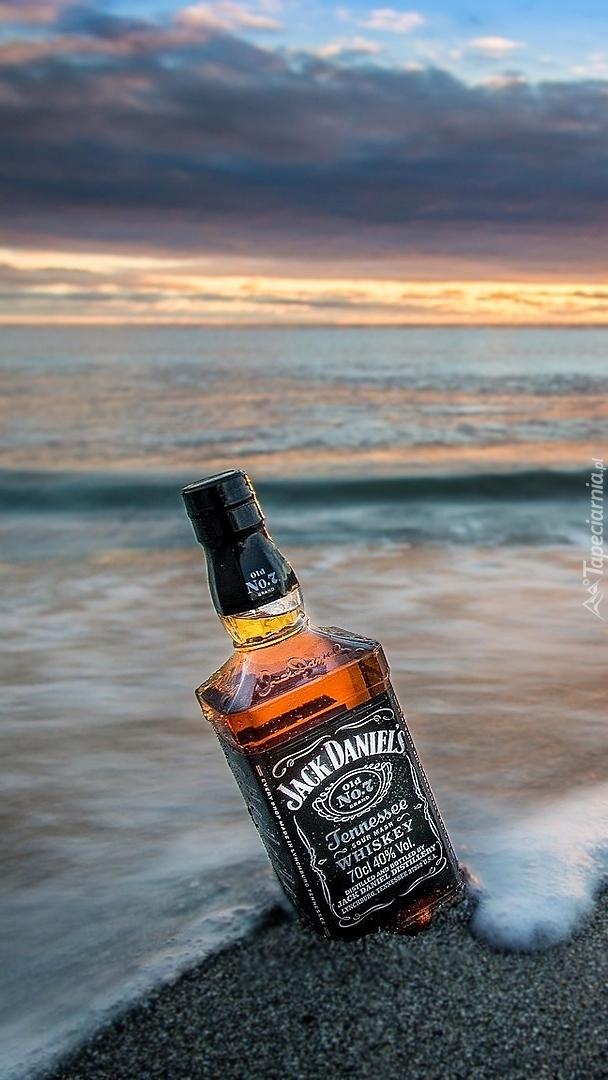 Butelka whisky Jack Daniels na piasku