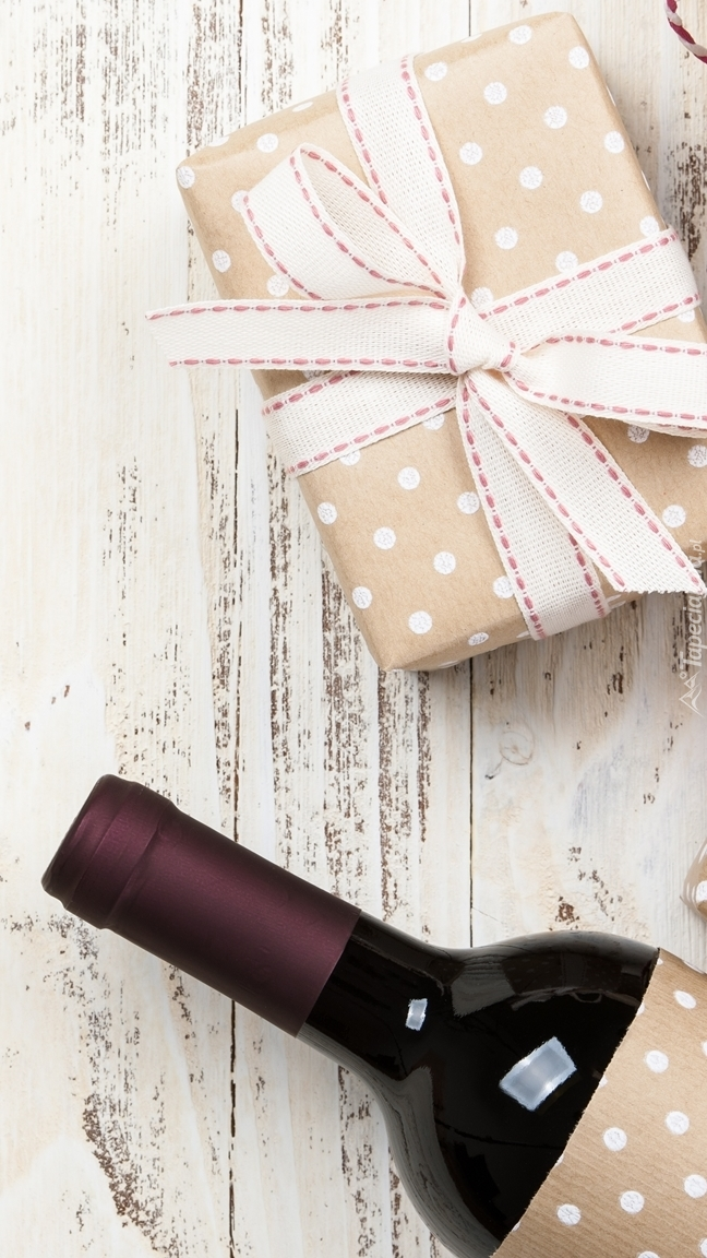 Butelka wina i prezent