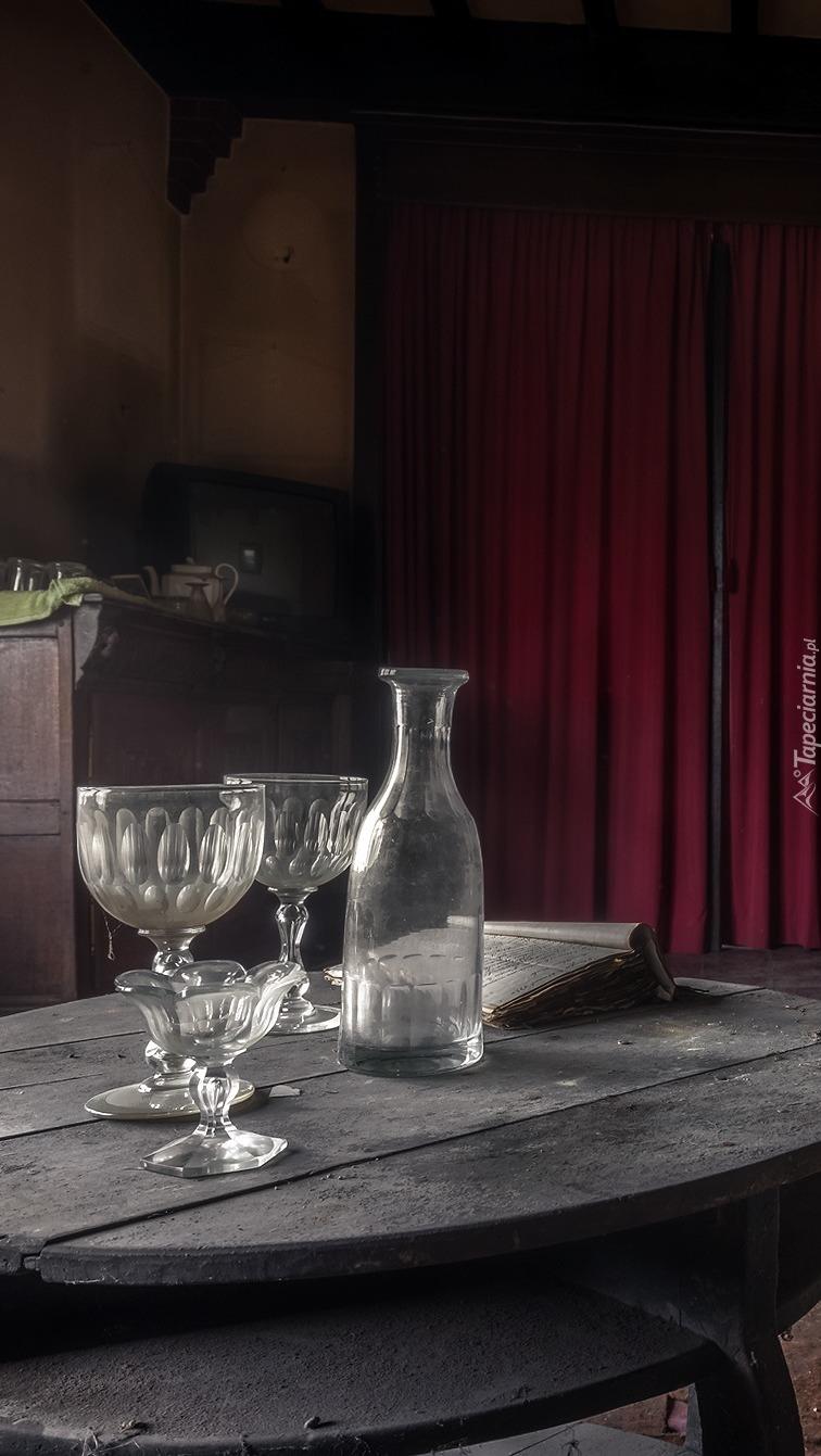 Butelka z kieliszkami na stole