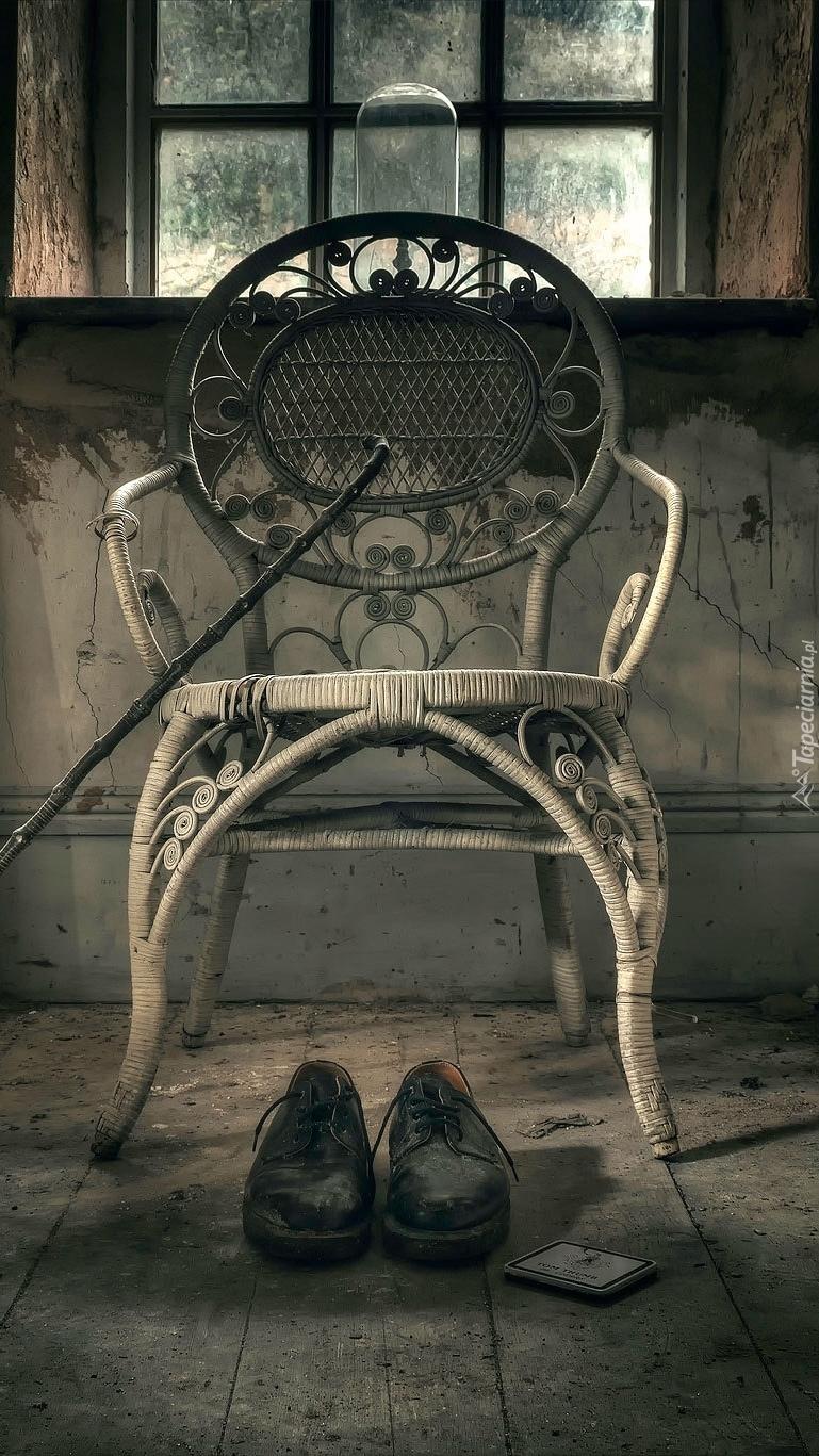Buty postawione przy krześle