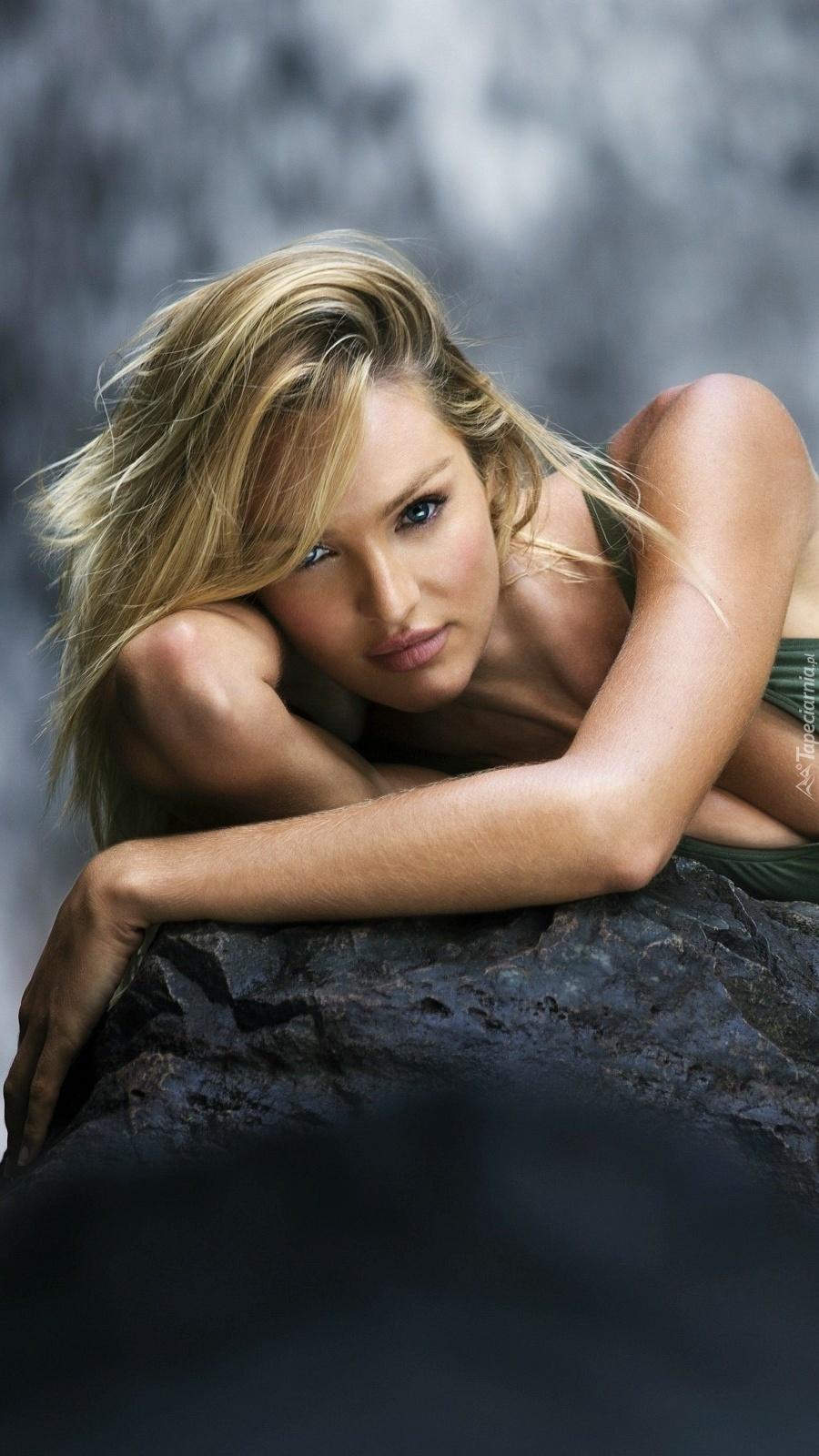 Candice Swanepoel na skale