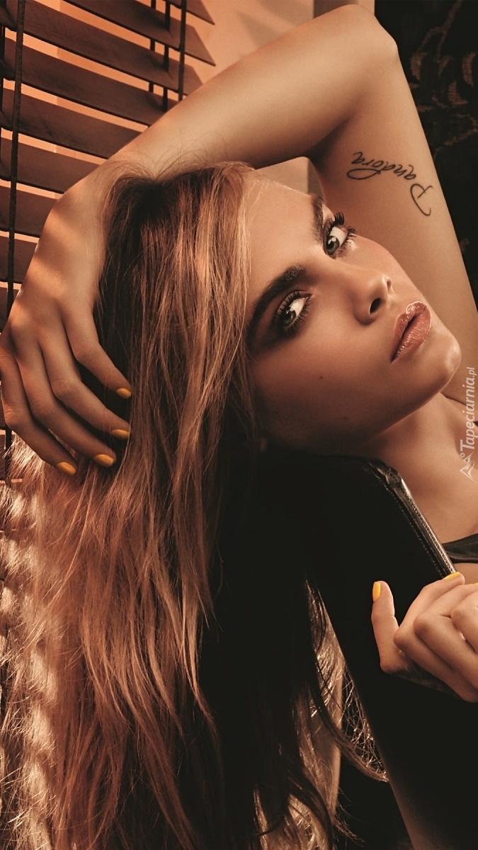 Cara Delevingne z tatuażem na ręce