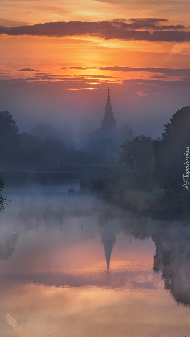 Cerkiew nad rzeką Kamienka we mgle