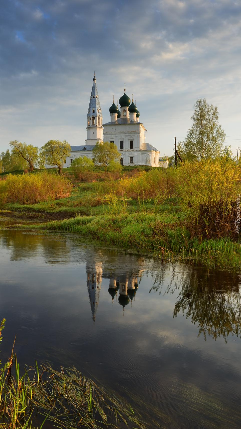 Cerkiew nad rzeką Lakhost