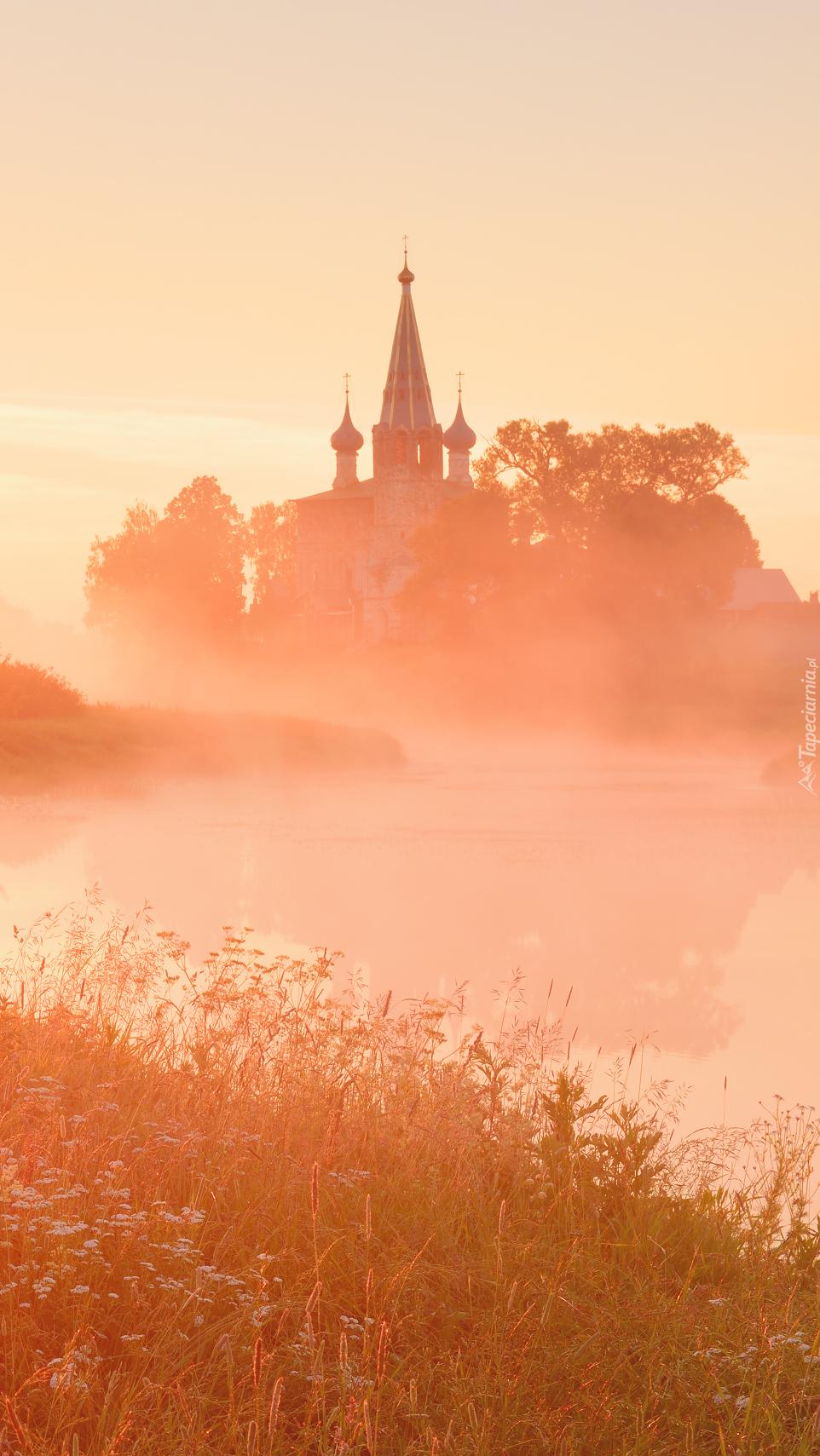 Cerkiew nad rzeką Teza we mgle