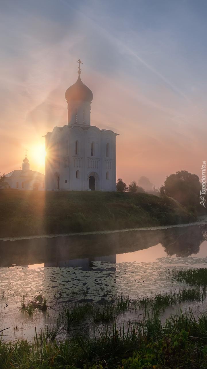 Cerkiew nad rzeką w słońcu
