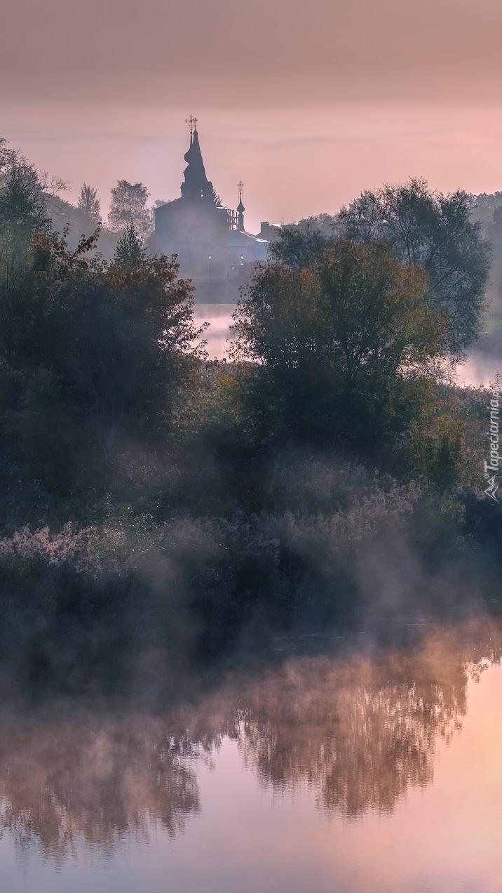 Cerkiew nad zamgloną rzeką Kamienka