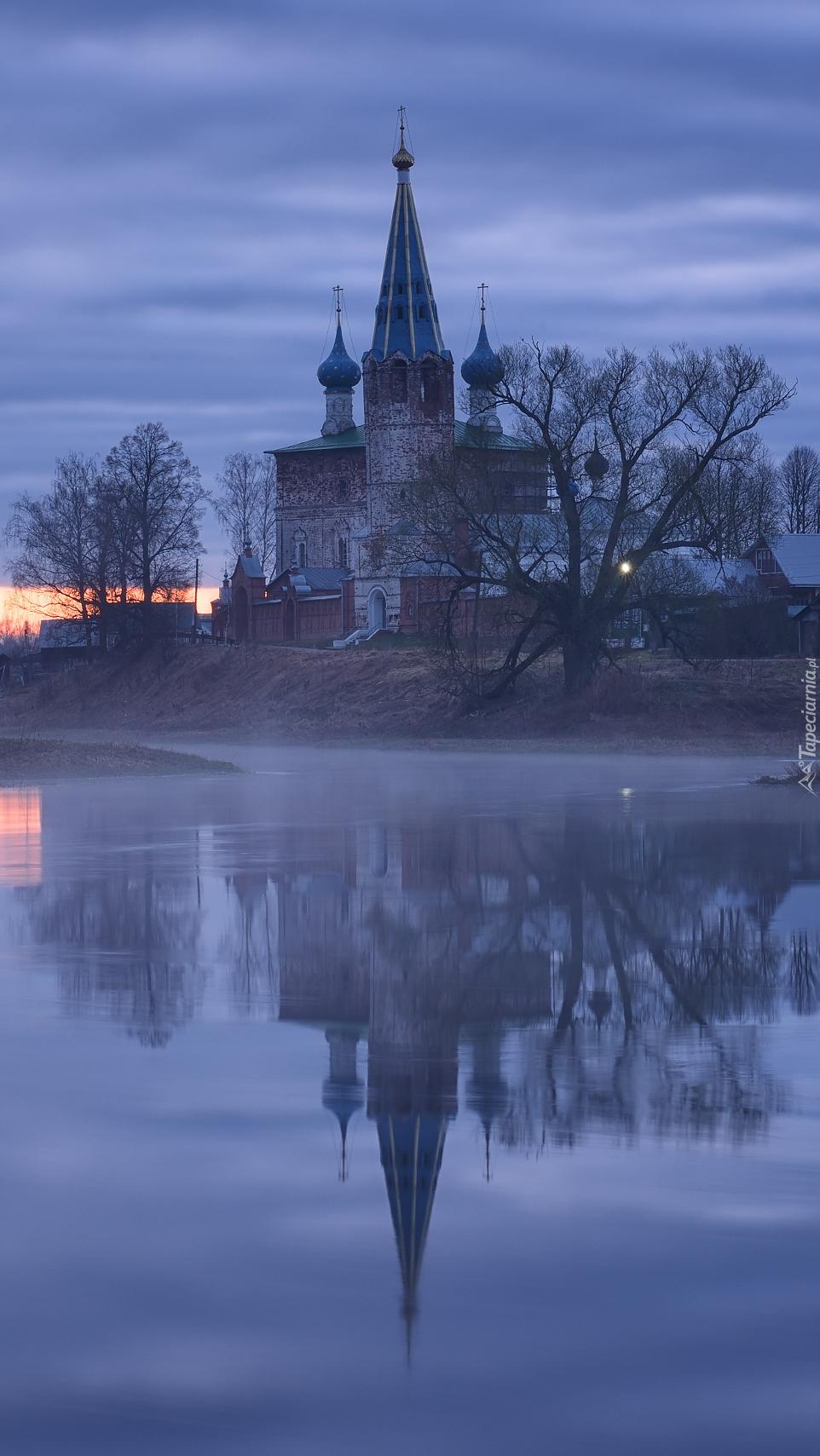 Cerkiew o świcie nad rzeką Tuza