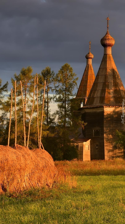 Cerkiew obok stogów siana