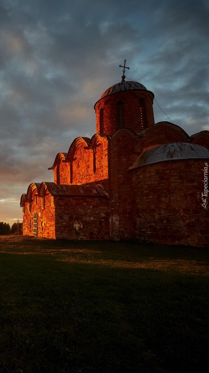 Cerkiew oświetlona blaskiem zachodzącego słońca