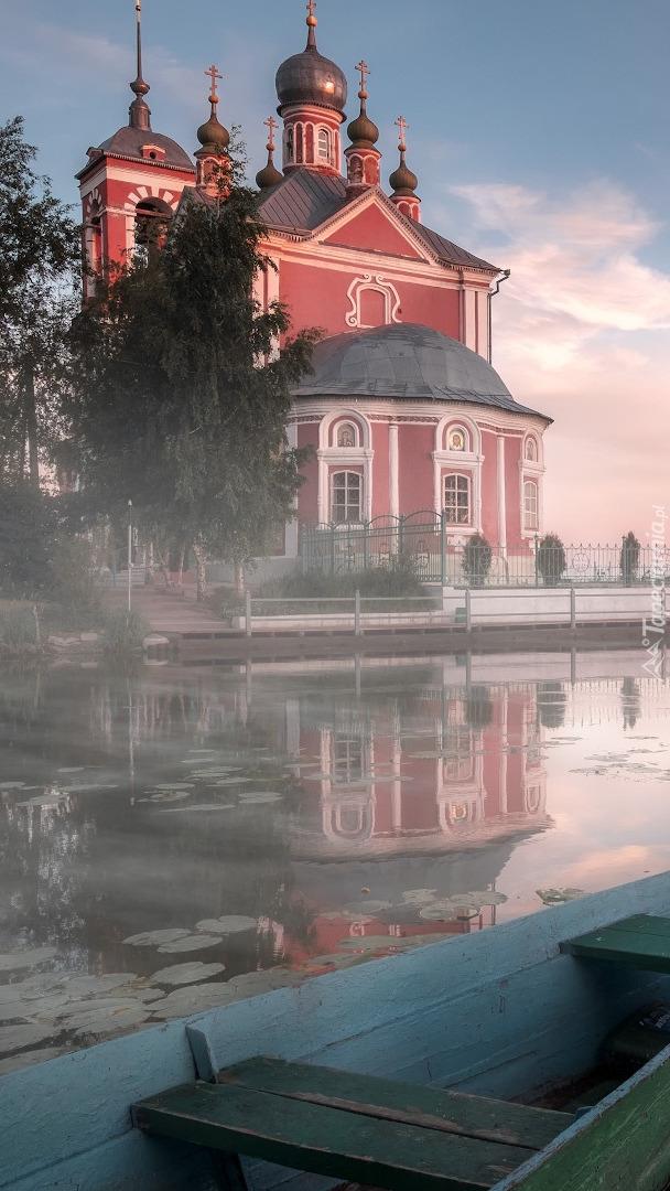 Cerkiew przy rzece w Rosji