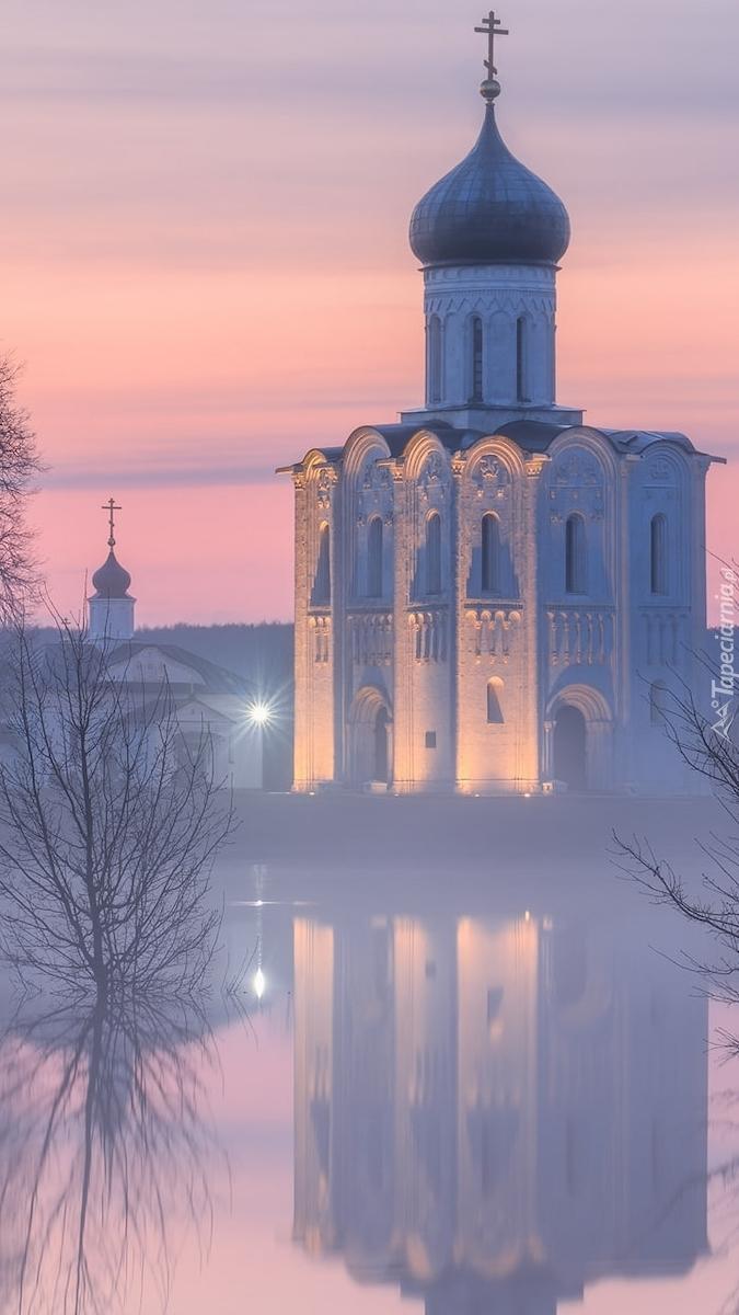 Cerkiew w Bogolubowo nad rzeką Nerl w porannej mgle